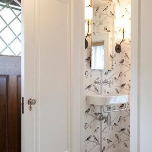 Идея дизайна: маленький туалет в стиле фьюжн с подвесной раковиной и полом из сланца