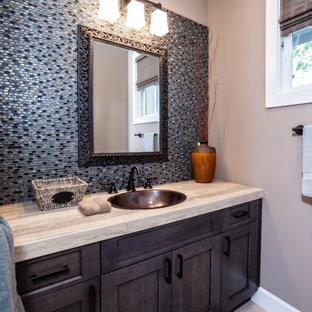 Esempio di un piccolo bagno di servizio classico con ante con riquadro incassato, ante marroni, WC monopezzo, piastrelle blu, piastrelle a mosaico, pareti grigie, lavabo a bacinella e top in marmo