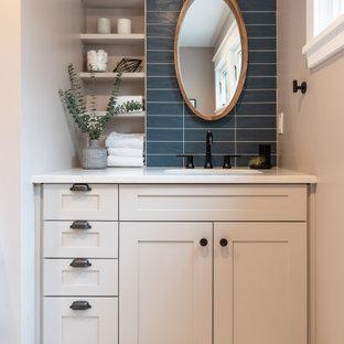 Свежая идея для дизайна: туалет среднего размера в стиле современная классика с фасадами в стиле шейкер, белыми фасадами, раздельным унитазом, синей плиткой, плиткой кабанчик, серыми стенами, полом из керамической плитки, врезной раковиной, столешницей из искусственного кварца, белым полом, белой столешницей и встроенной тумбой - отличное фото интерьера