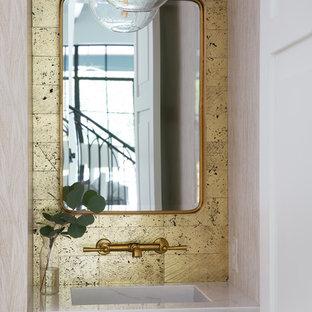 Réalisation d'un petit WC et toilettes méditerranéen avec carrelage en métal, un lavabo intégré, un plan de toilette en marbre et un plan de toilette blanc.