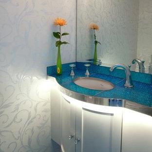 サンフランシスコのコンテンポラリースタイルのおしゃれなトイレ・洗面所 (アンダーカウンター洗面器、シェーカースタイル扉のキャビネット、白いキャビネット、青い壁、ターコイズの洗面カウンター) の写真