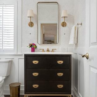 Ejemplo de aseo clásico renovado, pequeño, con armarios con paneles lisos, puertas de armario de madera en tonos medios, suelo de madera en tonos medios, lavabo bajoencimera, encimera de mármol y suelo marrón