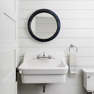 Ejemplo de aseo campestre, pequeño, con sanitario de dos piezas, paredes blancas, suelo de pizarra, lavabo suspendido y suelo gris