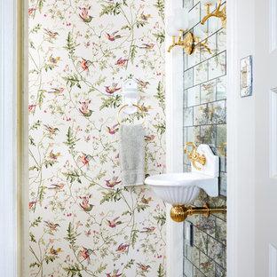 Пример оригинального дизайна: туалет в классическом стиле с подвесной раковиной, зеркальной плиткой, разноцветными стенами и бежевым полом