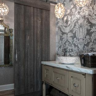 Ejemplo de aseo romántico, de tamaño medio, con lavabo sobreencimera, armarios con paneles lisos, puertas de armario beige, baldosas y/o azulejos de porcelana, paredes grises y suelo de baldosas de porcelana