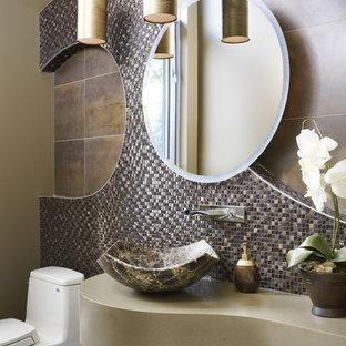 Неиссякаемый источник вдохновения для домашнего уюта: туалет среднего размера в стиле фьюжн с настольной раковиной, столешницей из искусственного камня, раздельным унитазом, разноцветной плиткой и плиткой из листового стекла
