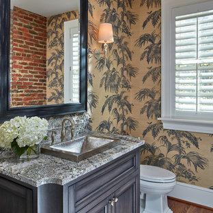 Пример оригинального дизайна: туалет в классическом стиле с фасадами островного типа, темными деревянными фасадами, разноцветными стенами, паркетным полом среднего тона и разноцветной столешницей