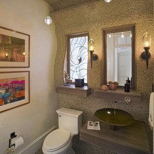 Foto de aseo clásico con lavabo sobreencimera y suelo de baldosas tipo guijarro