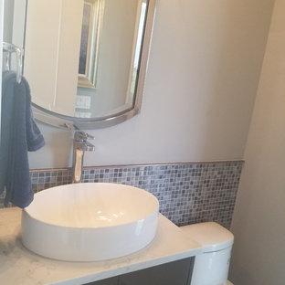 Idee per un bagno di servizio minimal di medie dimensioni con ante lisce, ante marroni, piastrelle a mosaico, pareti grigie, lavabo a bacinella, top in marmo e top bianco