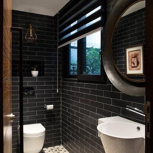 Imagen de aseo asiático con sanitario de pared, baldosas y/o azulejos negros, paredes negras, lavabo suspendido y suelo blanco