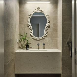 Идея дизайна: туалет среднего размера в стиле модернизм с белыми фасадами, унитазом-моноблоком, серой плиткой, керамогранитной плиткой, серыми стенами, полом из терраццо, врезной раковиной, столешницей из искусственного кварца, серым полом, белой столешницей, подвесной тумбой и сводчатым потолком