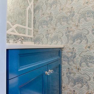 Idee per un piccolo bagno di servizio boho chic con ante lisce, ante blu, pareti multicolore, pavimento in legno massello medio, top in quarzo composito e pavimento marrone