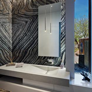 Стильный дизайн: туалет среднего размера в современном стиле с белыми фасадами, плиткой из листового камня, бетонным полом, монолитной раковиной, столешницей из бетона, серым полом, плоскими фасадами, разноцветной плиткой, разноцветными стенами, серой столешницей и унитазом-моноблоком - последний тренд