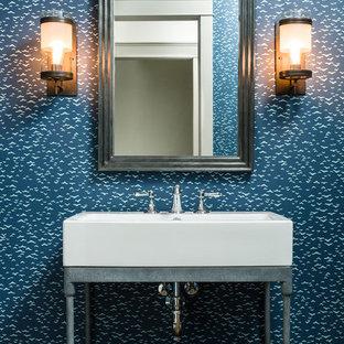 Réalisation d'un WC et toilettes urbain avec un mur bleu, un sol en bois foncé, un placard sans porte et une vasque.