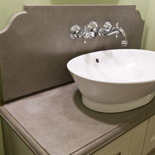 Idee per un piccolo bagno di servizio classico con ante lisce, ante bianche, WC a due pezzi, piastrelle grigie, pareti verdi, pavimento in linoleum, lavabo a bacinella, top in cemento, pavimento marrone e top grigio