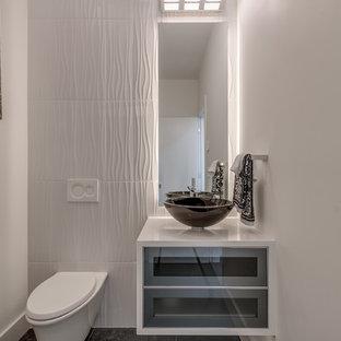 Idéer för små funkis vitt toaletter, med luckor med glaspanel, grå skåp, en vägghängd toalettstol, vit kakel, porslinskakel, vita väggar, klinkergolv i keramik, ett fristående handfat, bänkskiva i kvarts och grått golv