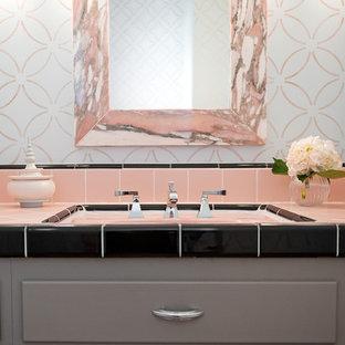 Cette photo montre un WC et toilettes rétro avec un carrelage rose et des carreaux de céramique.