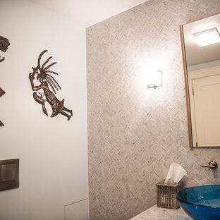 Foto de aseo bohemio, pequeño, con baldosas y/o azulejos grises, baldosas y/o azulejos de mármol, paredes blancas, lavabo sobreencimera, encimera de mármol, armarios con paneles lisos, puertas de armario de madera en tonos medios, sanitario de dos piezas, suelo de mármol y suelo gris