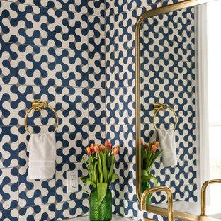 Diseño de aseo retro con armarios con paneles lisos, puertas de armario blancas, baldosas y/o azulejos azules, paredes azules, lavabo bajoencimera y encimeras blancas