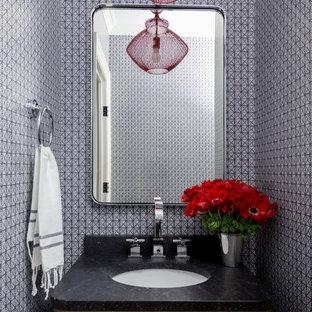 На фото: с высоким бюджетом маленькие туалеты в современном стиле с плоскими фасадами, коричневыми фасадами, черными стенами, паркетным полом среднего тона, накладной раковиной, столешницей из талькохлорита и коричневым полом