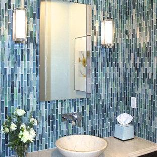 Источник вдохновения для домашнего уюта: маленький туалет в современном стиле с настольной раковиной, темными деревянными фасадами, мраморной столешницей, раздельным унитазом, синей плиткой, зелеными стенами и стеклянной плиткой