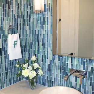 На фото: маленький туалет в современном стиле с настольной раковиной, темными деревянными фасадами, мраморной столешницей, раздельным унитазом, синей плиткой, стеклянной плиткой и синими стенами с