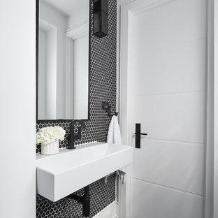 Imagen de aseo actual, pequeño, con baldosas y/o azulejos blancas y negros, baldosas y/o azulejos de porcelana, paredes negras, suelo de pizarra, lavabo suspendido y suelo negro