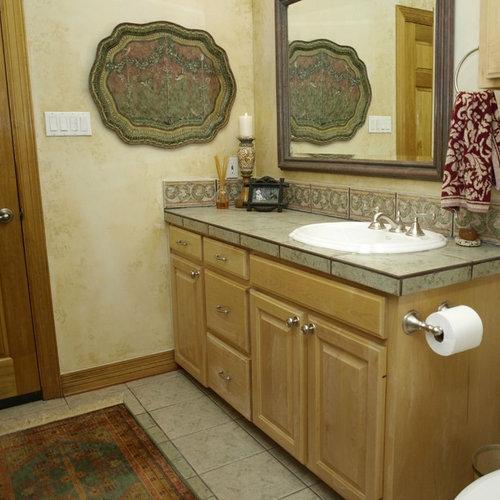 klassische g stetoilette g ste wc mit gefliestem waschtisch ideen f r g stebad und g ste wc. Black Bedroom Furniture Sets. Home Design Ideas