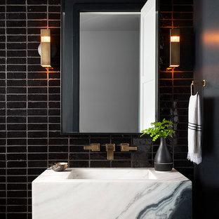 Неиссякаемый источник вдохновения для домашнего уюта: туалет в современном стиле с черной плиткой и подвесной раковиной