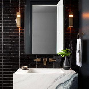 Новые идеи обустройства дома: туалет в стиле модернизм с черной плиткой, терракотовой плиткой, монолитной раковиной и белой столешницей