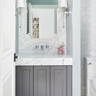 Immagine di un bagno di servizio tradizionale di medie dimensioni con ante con riquadro incassato, ante grigie, piastrelle bianche, piastrelle a mosaico, pareti grigie, lavabo sottopiano, pavimento grigio e top bianco