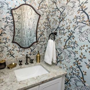 フィラデルフィアの小さいトランジショナルスタイルのおしゃれなトイレ・洗面所 (シェーカースタイル扉のキャビネット、白いキャビネット、分離型トイレ、マルチカラーの壁、濃色無垢フローリング、アンダーカウンター洗面器、クオーツストーンの洗面台、茶色い床、グリーンの洗面カウンター) の写真