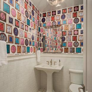 Klassische Gästetoilette mit Wandtoilette mit Spülkasten, weißen Fliesen, Metrofliesen, bunten Wänden, Mosaik-Bodenfliesen, Sockelwaschbecken und buntem Boden in Chicago