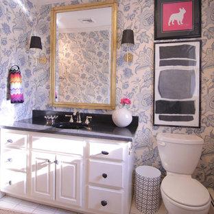 Свежая идея для дизайна: туалет среднего размера в стиле фьюжн с фасадами с выступающей филенкой, белыми фасадами, разноцветными стенами и врезной раковиной - отличное фото интерьера