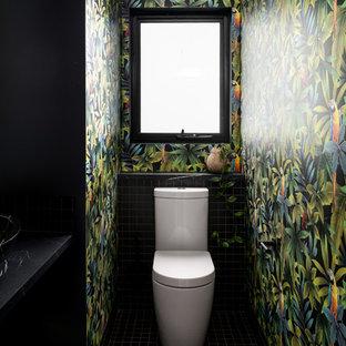 Idées déco pour un petit WC et toilettes contemporain avec un placard sans porte, un carrelage noir, carrelage en mosaïque, un mur noir, un sol en carrelage de terre cuite, un plan vasque, un plan de toilette en stratifié, un sol noir et un plan de toilette noir.