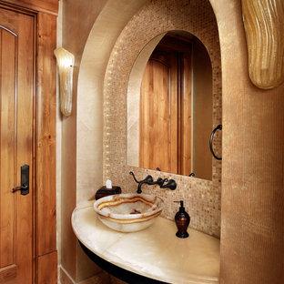 Immagine di un bagno di servizio tradizionale di medie dimensioni con lavabo a bacinella, top in marmo, piastrelle beige, piastrelle a mosaico, pareti beige e pavimento in gres porcellanato