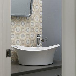 Foto di un piccolo bagno di servizio tradizionale con ante in stile shaker, ante blu, piastrelle blu, piastrelle a mosaico, lavabo a bacinella, top in superficie solida e top grigio