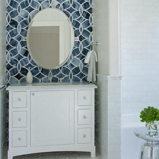 Idee per un bagno di servizio design con piastrelle diamantate, pavimento con piastrelle a mosaico, pareti bianche, lavabo sottopiano, piastrelle blu, piastrelle bianche e top bianco