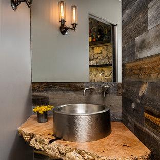 Exemple d'un WC et toilettes montagne avec un mur gris, une vasque et un plan de toilette beige.