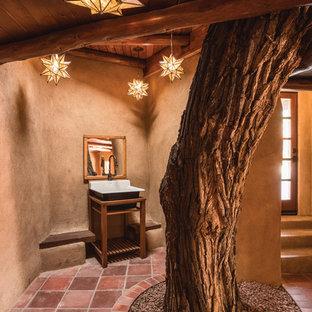Пример оригинального дизайна: туалет в стиле фьюжн с открытыми фасадами, фасадами цвета дерева среднего тона, бежевыми стенами и полом из терракотовой плитки