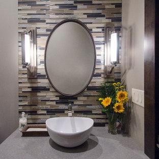 Réalisation d'un WC et toilettes design avec des portes de placard en bois sombre, un carrelage beige, un carrelage bleu, un carrelage gris, un mur beige, un plan de toilette en béton et un carrelage en pâte de verre.