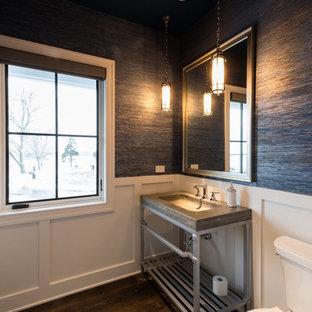 Esempio di un piccolo bagno di servizio country con WC a due pezzi, lavabo a colonna, nessun'anta, ante grigie, pareti blu, parquet scuro, top in cemento e pavimento marrone