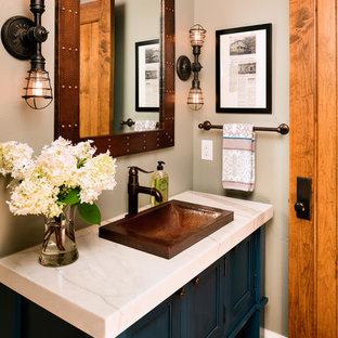 Свежая идея для дизайна: туалет в стиле кантри с фасадами островного типа, синими фасадами, бежевыми стенами и накладной раковиной - отличное фото интерьера