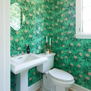 Idee per un piccolo bagno di servizio chic con WC a due pezzi, pareti verdi, parquet chiaro, lavabo a colonna e pavimento beige
