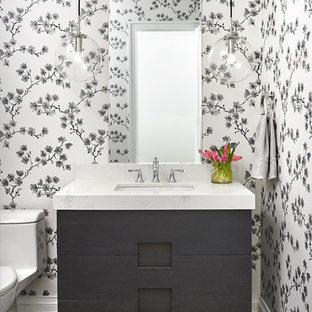 Idee per un bagno di servizio chic di medie dimensioni con consolle stile comò, pareti multicolore, lavabo sottopiano, pavimento grigio, top bianco, ante grigie, pavimento con piastrelle in ceramica e top in marmo