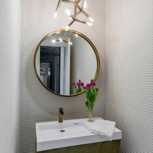 Mittelgroße Moderne Gästetoilette mit weißen Fliesen, flächenbündigen Schrankfronten, Toilette mit Aufsatzspülkasten, weißer Wandfarbe, integriertem Waschbecken, Quarzwerkstein-Waschtisch und weißer Waschtischplatte in Dallas