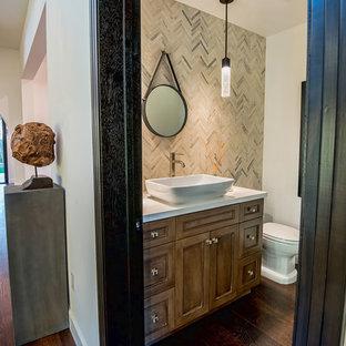 Свежая идея для дизайна: большой туалет в средиземноморском стиле с фасадами в стиле шейкер, фасадами цвета дерева среднего тона, унитазом-моноблоком, белыми стенами, темным паркетным полом и настольной раковиной - отличное фото интерьера