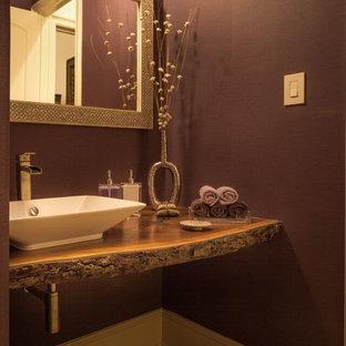 Идея дизайна: маленький туалет в стиле рустика с настольной раковиной, столешницей из дерева, фиолетовыми стенами, мраморным полом и коричневой столешницей