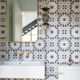 На фото: с высоким бюджетом туалеты среднего размера в стиле модернизм с открытыми фасадами, белыми фасадами, серой плиткой, цементной плиткой и столешницей из искусственного камня