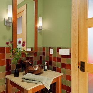 Источник вдохновения для домашнего уюта: туалет в стиле кантри с настольной раковиной, открытыми фасадами, фасадами цвета дерева среднего тона, разноцветной плиткой, зелеными стенами и керамической плиткой